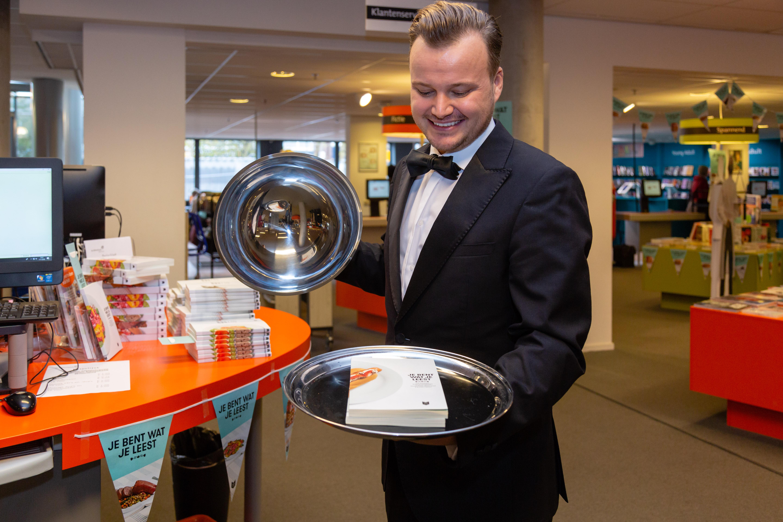 Nederland Leest ober serveert 17 november het geschenkboekje in de Bibliotheek Landsmeer. (Foto: Els Broers)