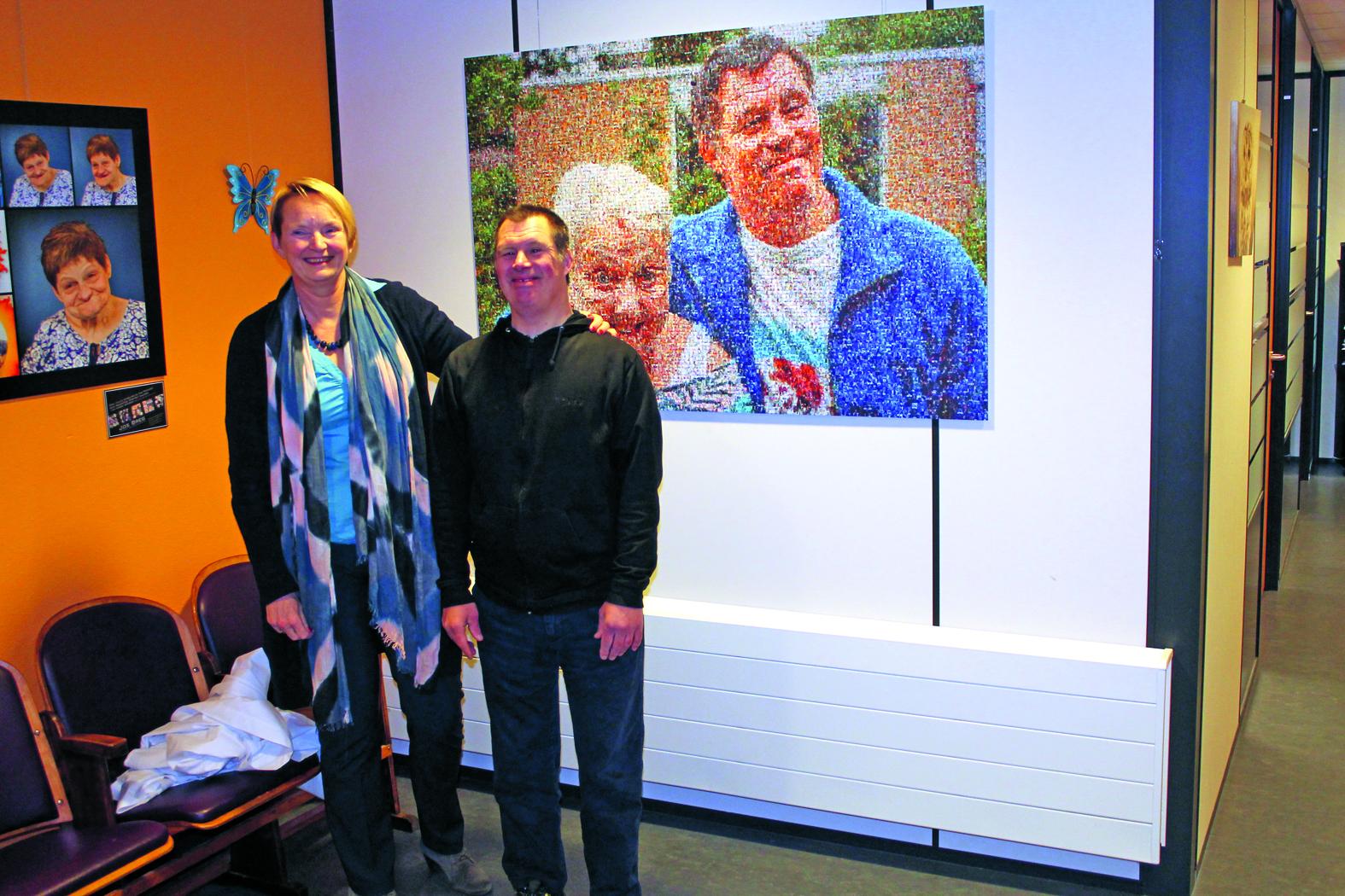 Kees Laan en directeur Ineke Huibregtsen voor het zojuist onthulde mozaïek. (Foto: Rodi Media/JB)