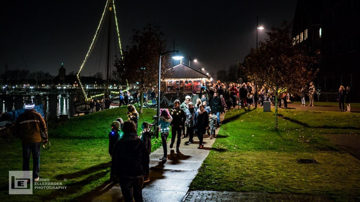 Kinderen kunnen meehelpen de lichtjes op de schepen in de Hoornse haven te ontsteken. (Foto: Benno Ellerbroek)