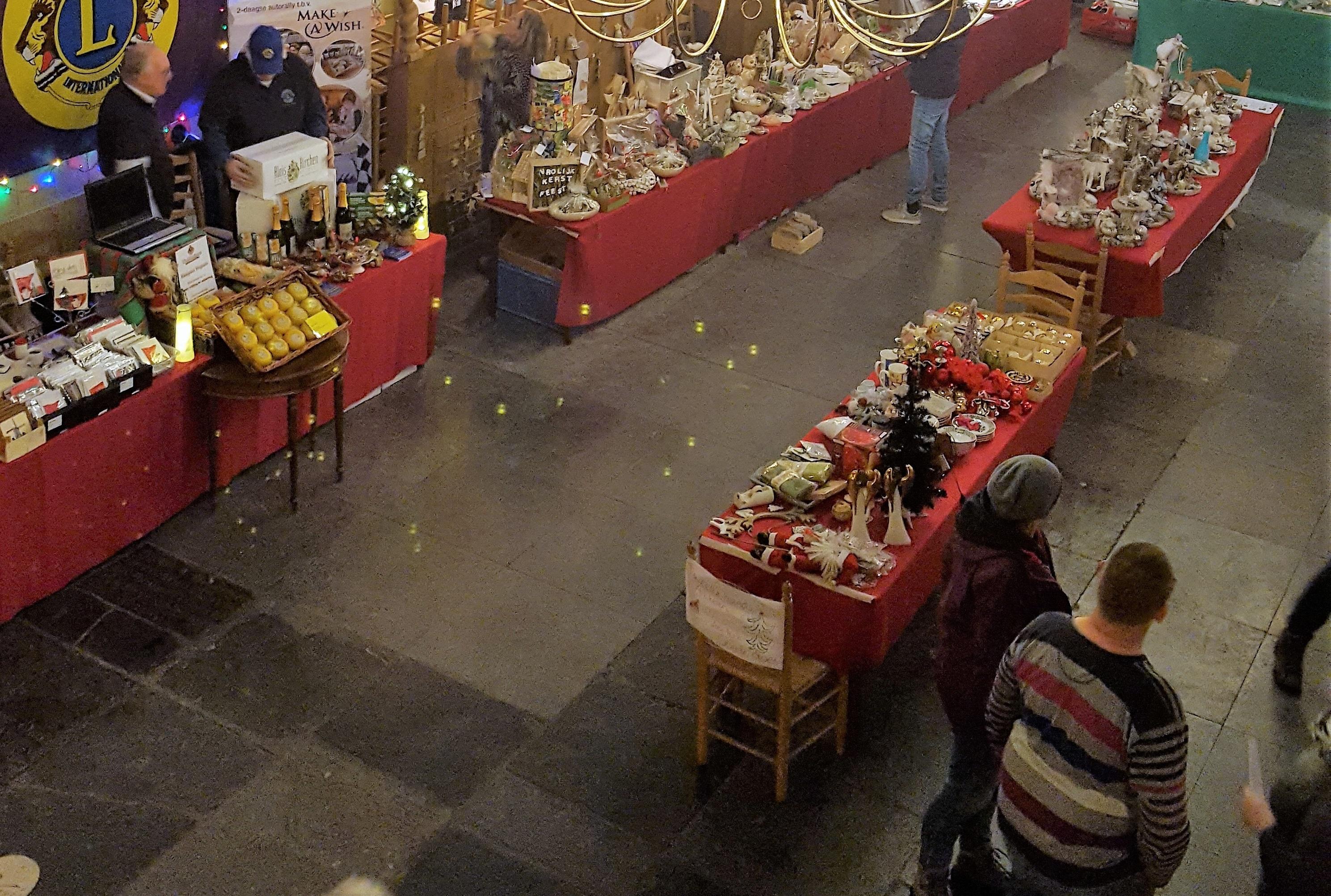 In de protestantse kerk staan 14 december diverse kramen opgesteld met allerlei zelfgemaakte producten. (Foto: aangeleverd)