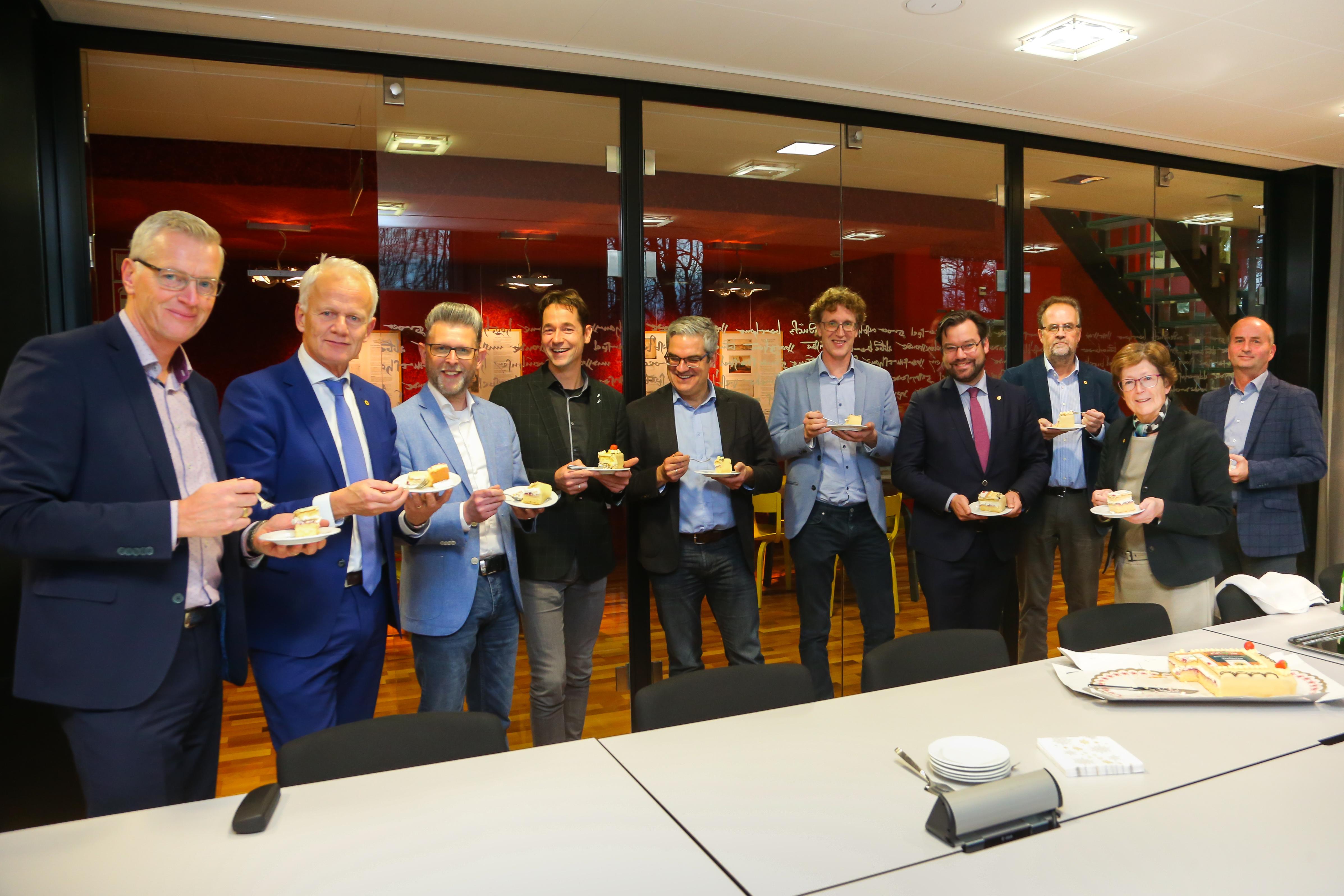 De ondertekening werd door alle betrokkenen gevierd met gebak. (Foto: Marcel Rob)