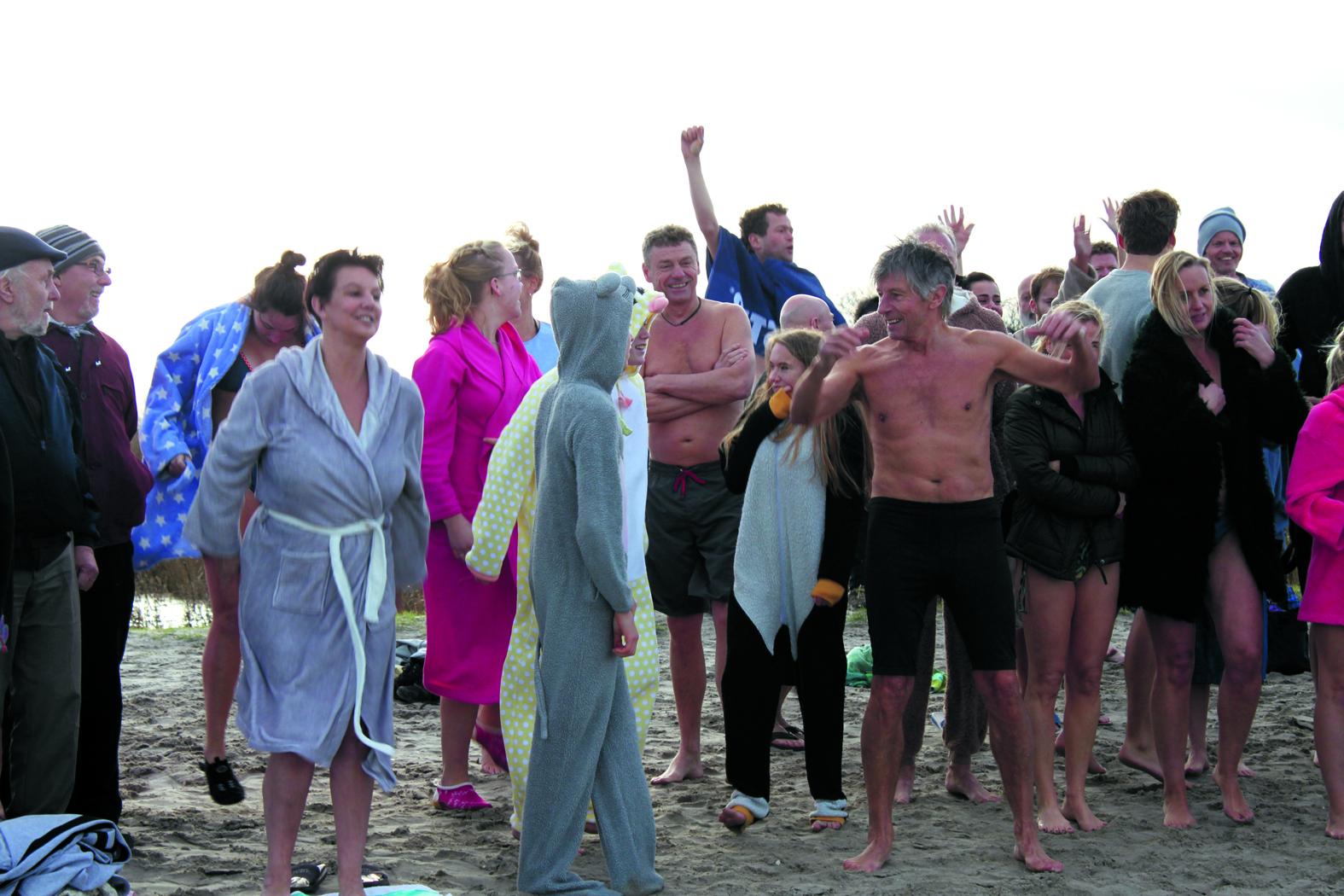 Wie gaat met Siem Zeilmaker de uitdaging aan op 1 januari? Wie durft het koude IJsselmeerwater te trotseren? (Foto: archief Rodi Media)