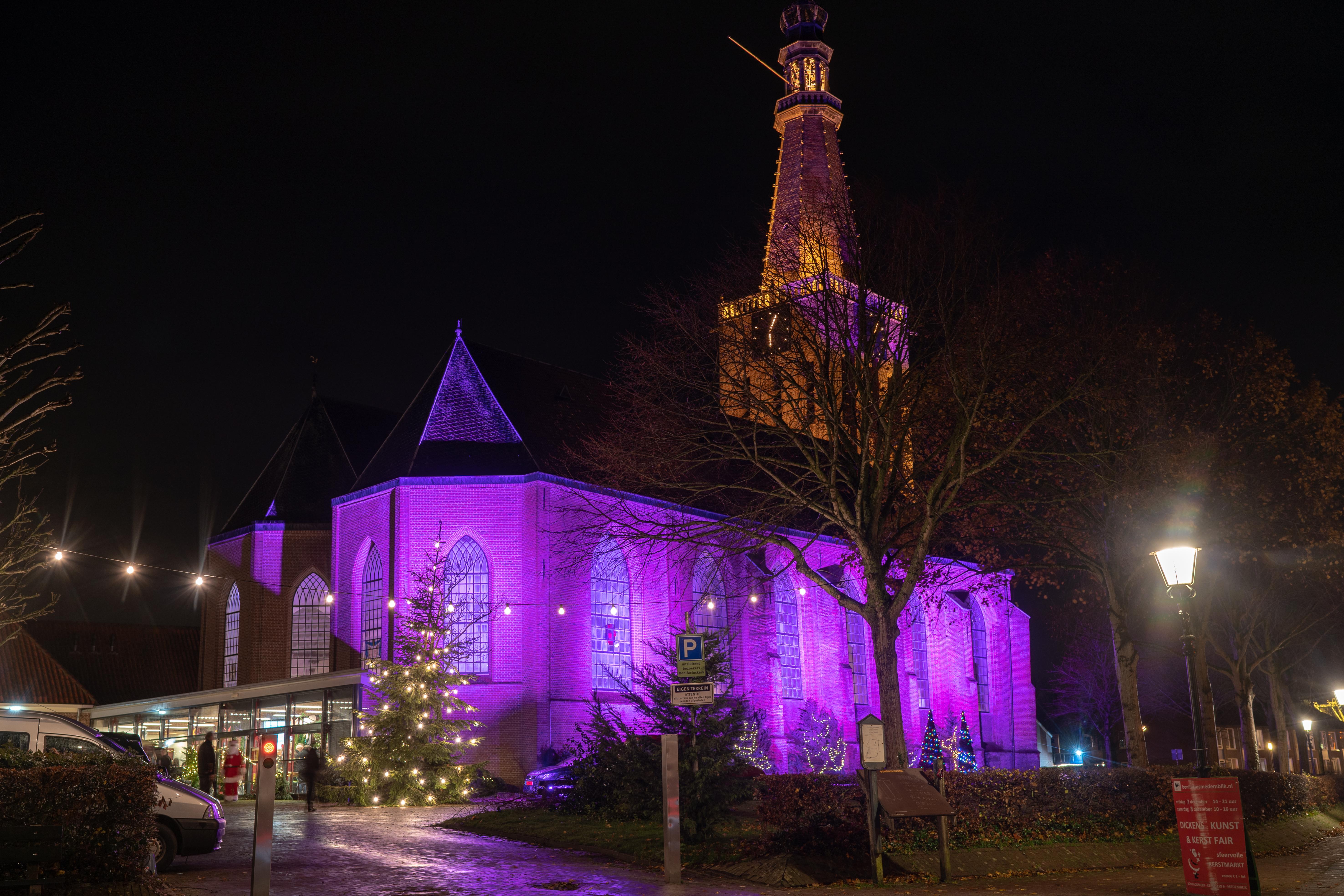 De prachtig verlichte Bonifaciuskerk in Medemblik, door Pieter Ratten. (Foto: Pascal van As)