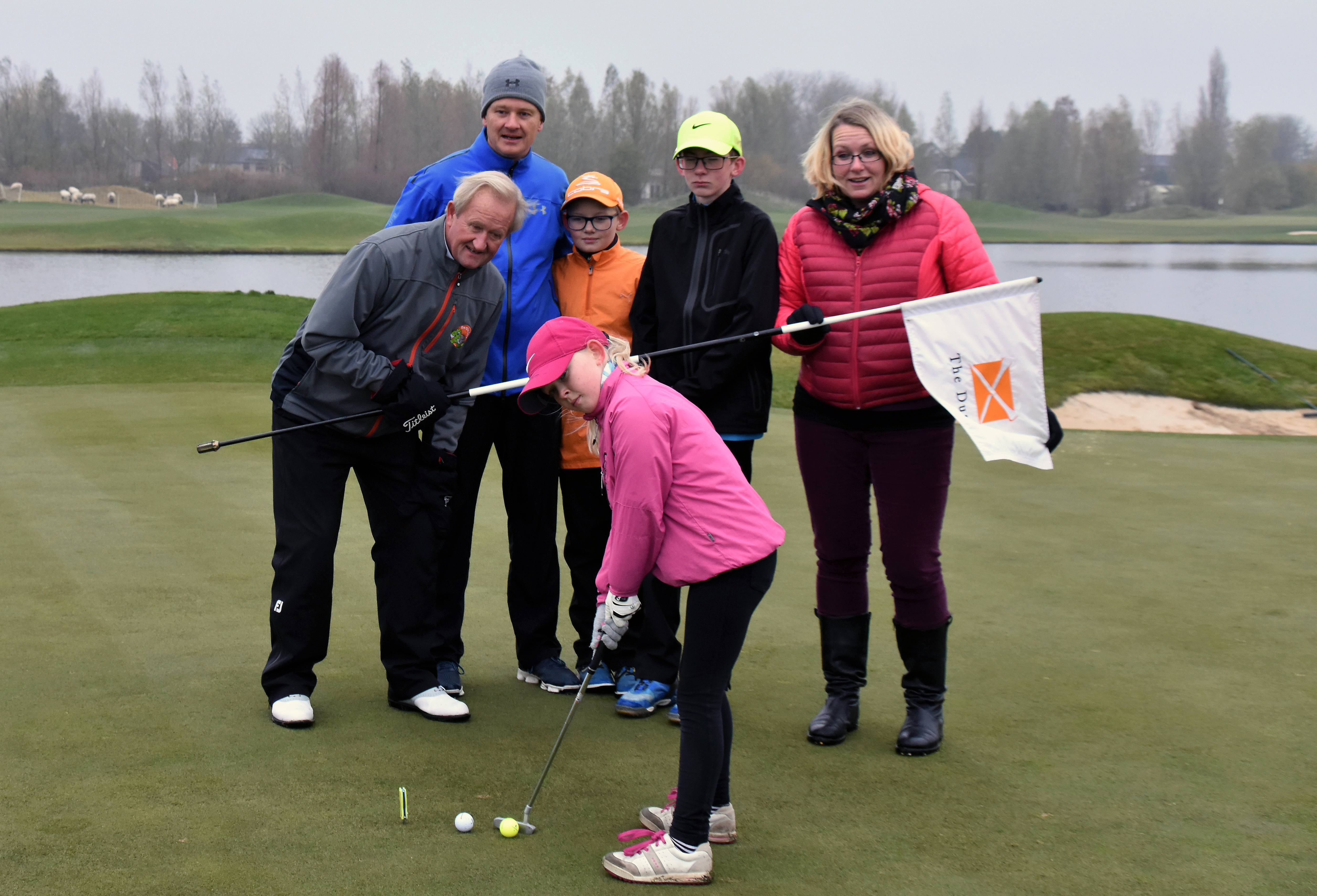 John Woof met Lucas, Thomas en Amy en hun ouders op The Dutch.