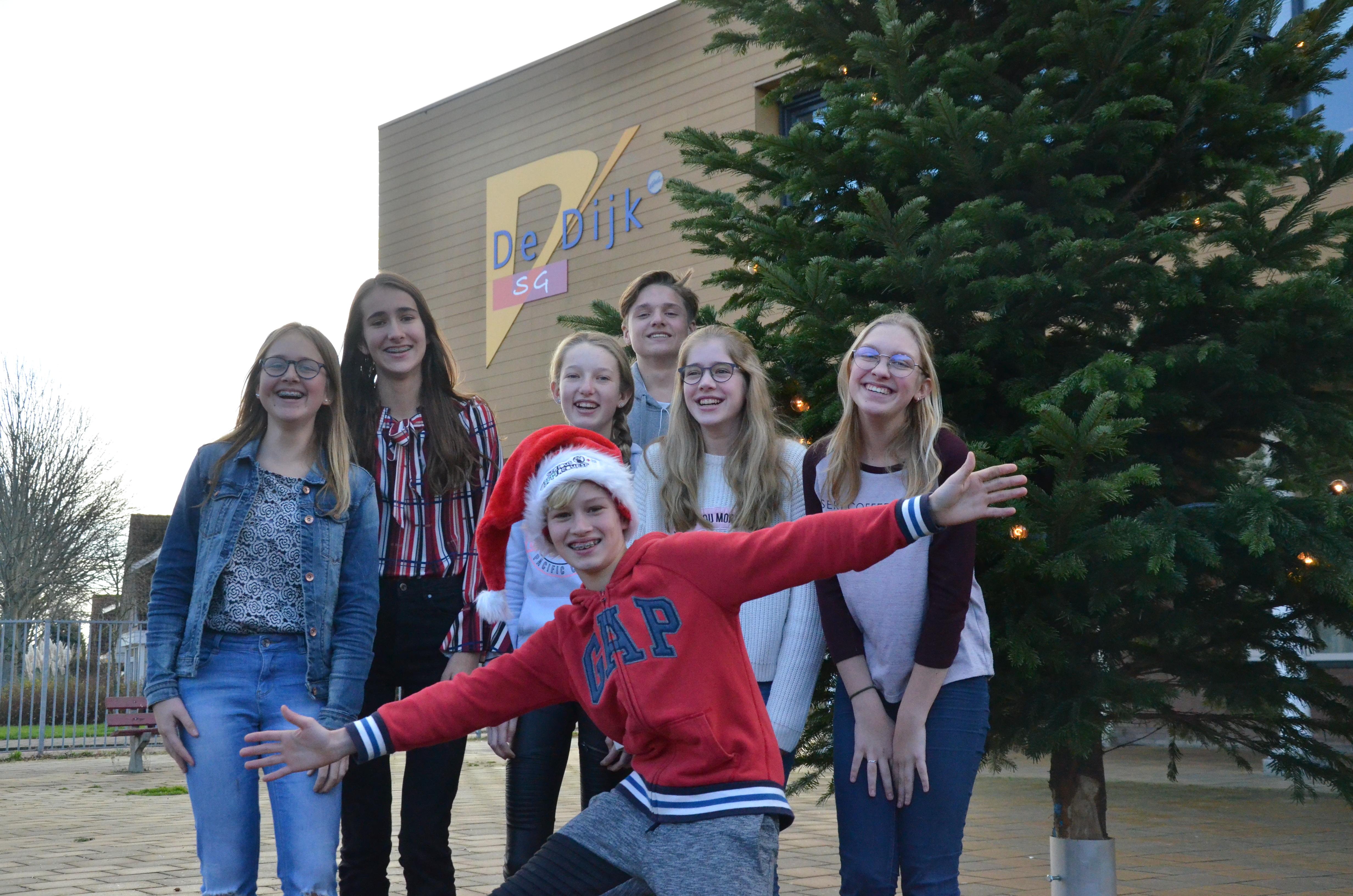 Het Serious Request kerstkoor van SG De Dijk zingt woensdag 19 december tussen 14.30 en 17.00 uur in Valbrug. (Foto: aangeleverd)