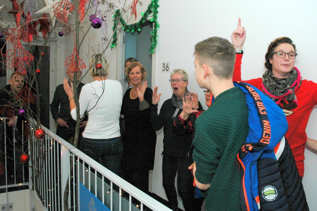 Bewoners van De Voorhoede vieren een pre-kerstfeest om elkaar beter te leren kennen. (Foto: De Voorhoede)