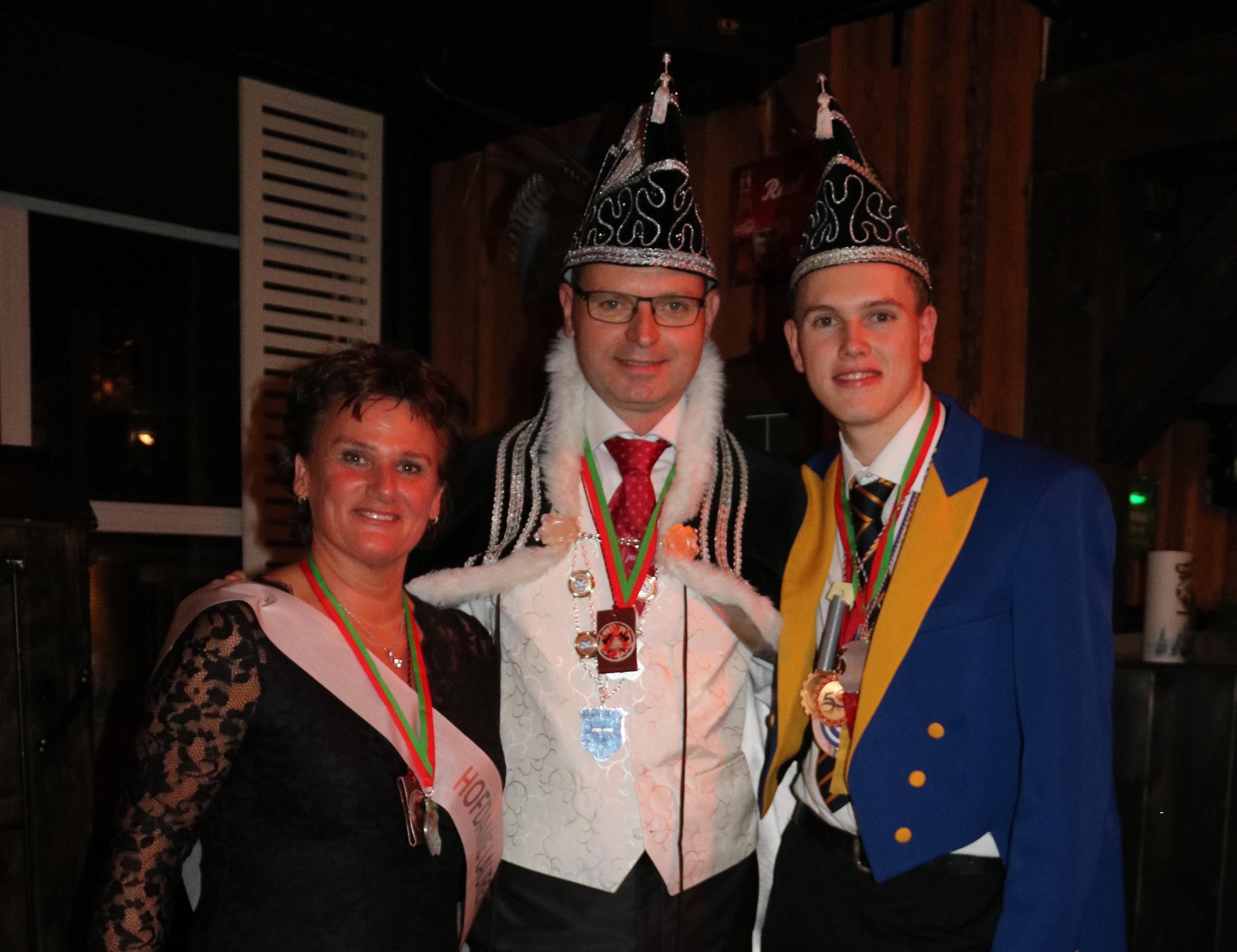 Hofdame Laurentia, prins Franciscus, en adjudant Nick vieren graag een feestje met iedereen die het carnaval een warm hart toedraagt. (Foto: Nancy Holderbeke)