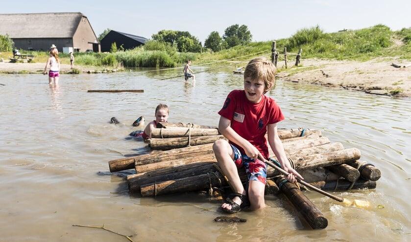 In 4,5 hectare natuurterrein kunnen ze naar hartenlust ravotten, vlotten of hutten bouwen en vies worden. (Foto: Janko van Beek)