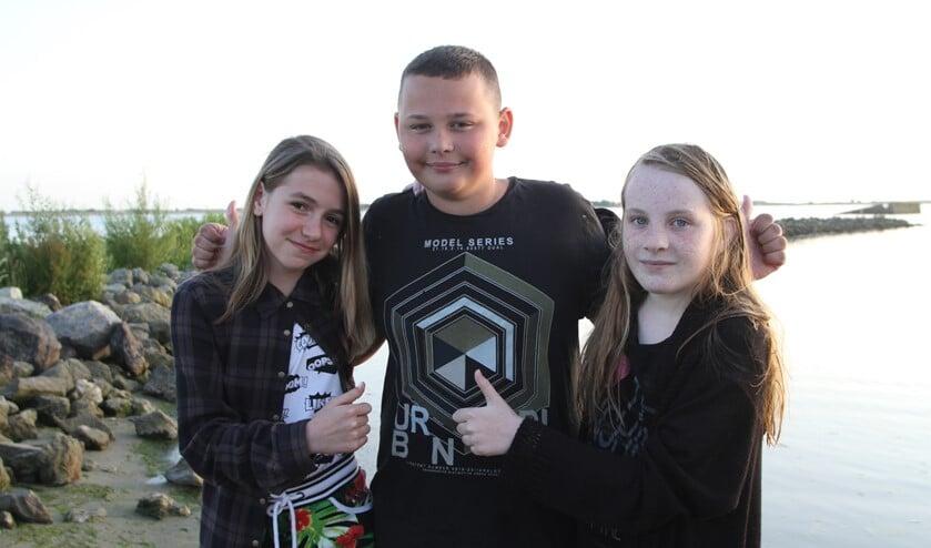Vinnie met de twee geredde meisjes Roos en Susanne