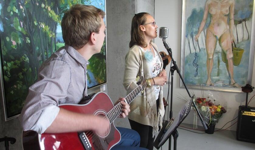 Eline Bierling en Ruben Kruithof verzorgden de muziek tijdens de vernissage.