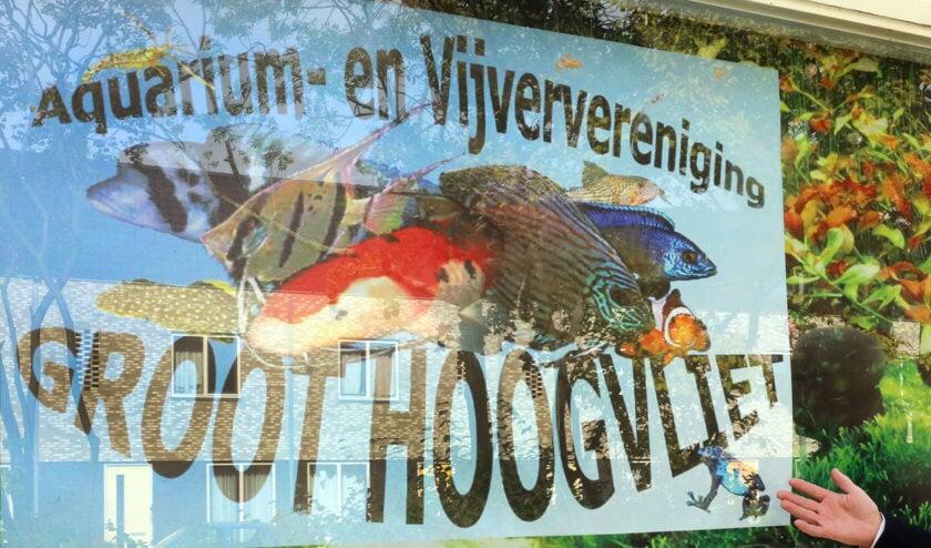 <p>Een trotse Dirk van Elteren voor 'zijn' visklas. Foto: Aad van der Voorn.</p>