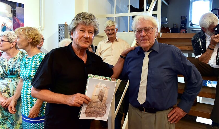 Frank Porcelijn ontvangt de kunstprijs uit handen van Bernd Rosenheim. Foto's: René Bakker.