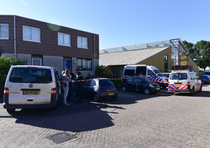 De politie doet onderzoek in de woning om er achter te komen wat er exact gebeurd is. Fotografie: René Bakker.