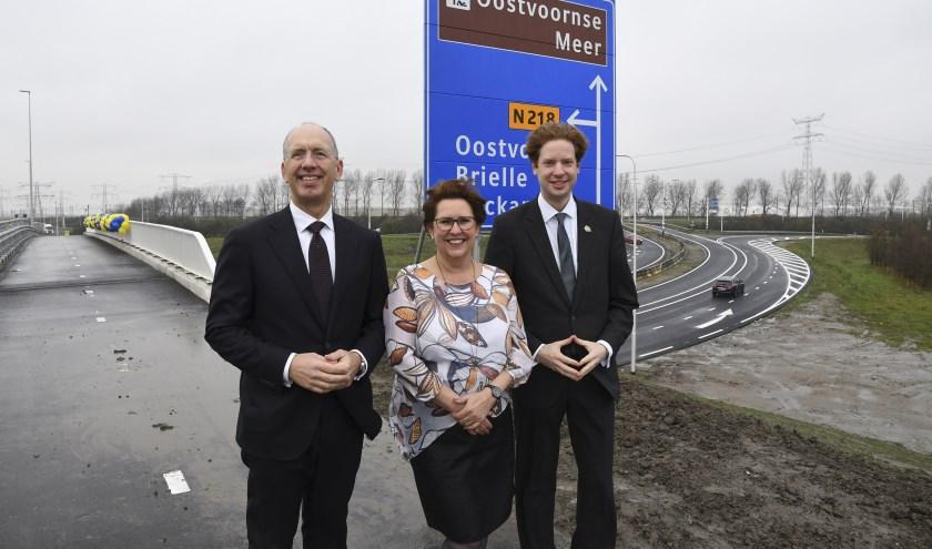 Opening viaduct van het heringericht Stenen Baakplein over de A15 met vlnr Ronald Paul (directeur Havenbedrijf), Pamela Blok (wethouder Westvoorne) en Floor Vermeulen (gedeputeerde Zuid-Holland).