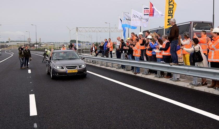 Vreugde bij de eerste auto die in juli 2015 over de nieuwe Botlekbrug reed. Maar of er nu bij Rijkswaterstaat ook een feestvreugde heerst, valt te betwijfelen.