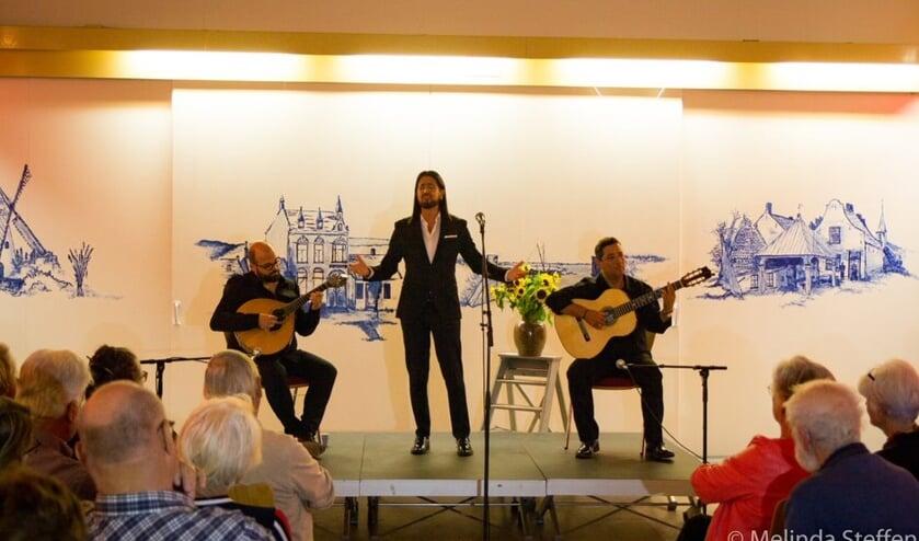 Ricardo Martins, César Matoso en Paulo Feitara geconcentreerd in actie in verenigingsgebouw Ons Huis.