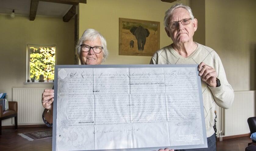 Het echtpaar Vermaat is vereerd met de replica van het windrecht voor de molen van Rockanje.
