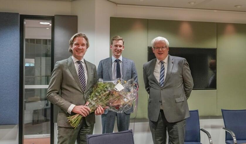 Foort van Oosten, Jeroen Postma (vz. vertrouwenscommissie) en waarnemend burgemeester Govert Veldhuijzen. Foto: Foto-OK.nl