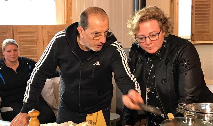 In BinnensteBuiten neemt Alain Caron de kijker mee naar plekken in Nederland waar bijzondere producten vandaan komen.