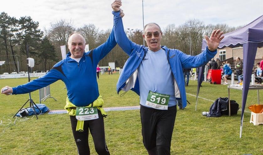 Arie den Arend (rechts) was met zijn 79 jaar de oudste deelnemer aan de Halve van Oostvoorne. * Foto: Wil van Balen.