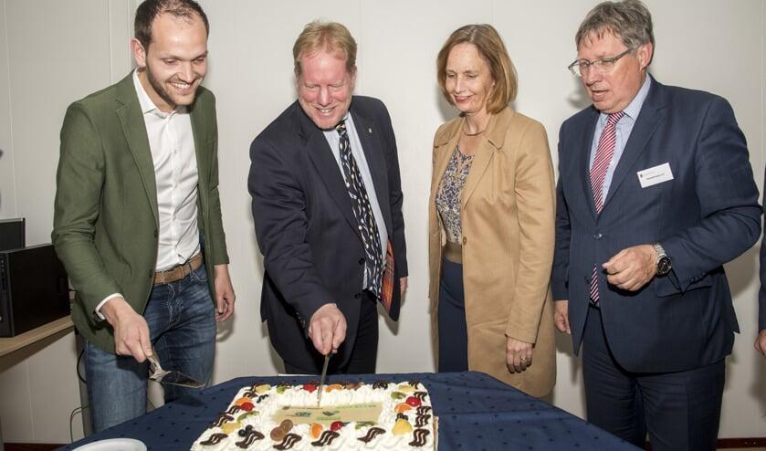 Vlnr Vertegenwoordiger Wouter Struijk en de burgemeesters de Jong, Junius en Rensen