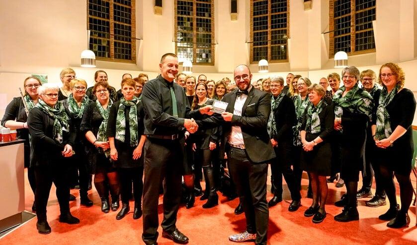 Rejoice voorzitter Henk van der Kaa overhandigde de cd aan dirigent Flip Markwat (r).