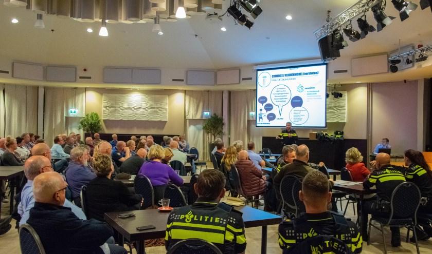 Politie en buurtpreventie komt samen in het Prieel van de Staver in Sommelsdijk voor de start van het Donkere Dagen Offensief.  Foto: Sam Fish