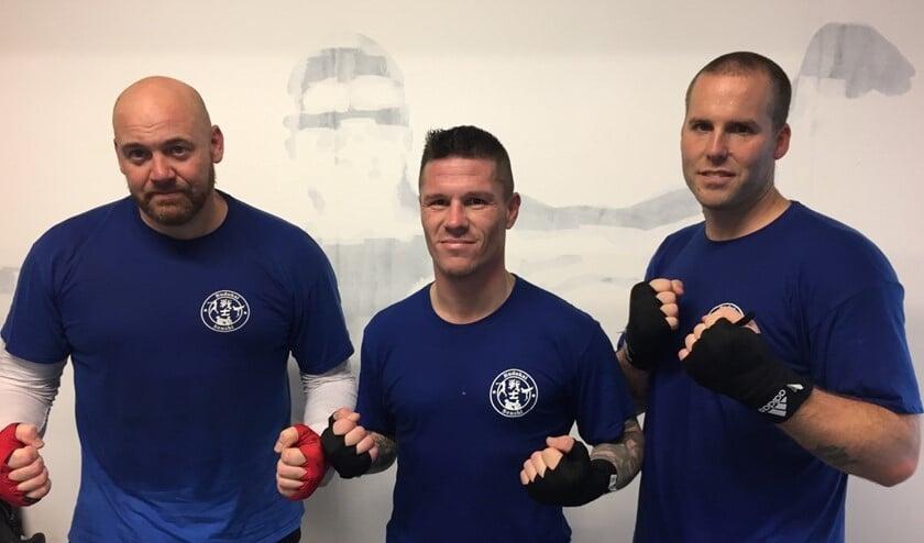 Aron Verbaan, Javier Barragan en Jacques van Roosmalen (vlnr) willen het kickboksen op het eiland naar een wereldniveau tillen.