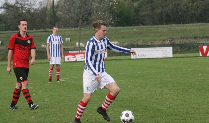Dion van Gilst miste een strafschop voor Zwartewaal in het duel tegen OFB. (Foto: Wil van Balen).
