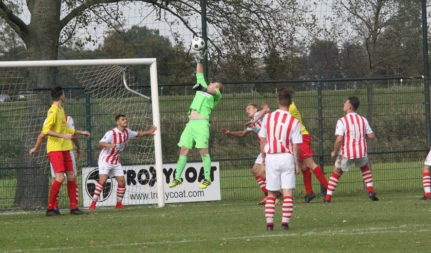 Pascal Quak redde vaak stijlvol, maar moest ook vijf keer vissen in de derby Zwartewaal-OHVV. (Foto: Wil van Balen).