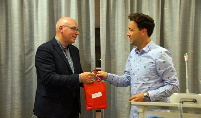 Leendert van Wezel wordt bedankt voor zijn presentatie door Arjen Diepenhorst van De Motte.