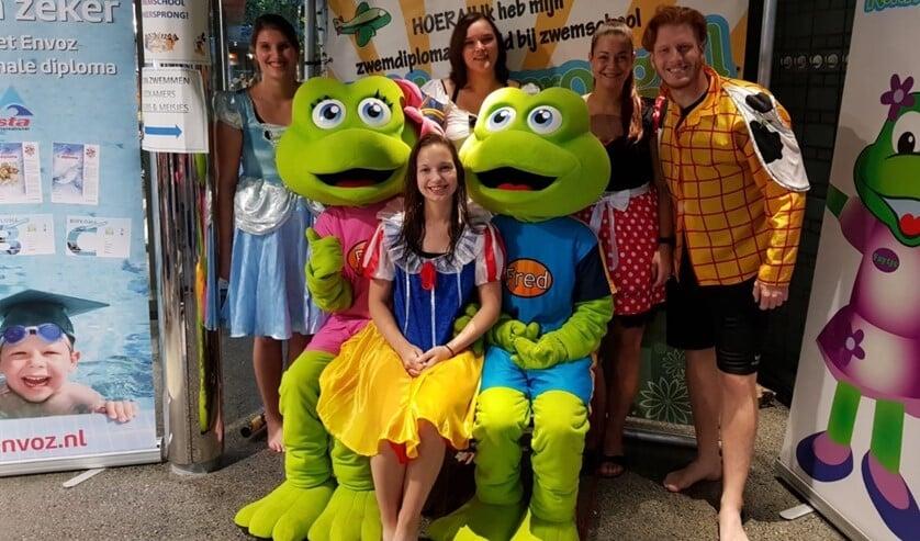 Het enthousiast verklede team met de kikkers van Kikkersprong, Fred en Faytje