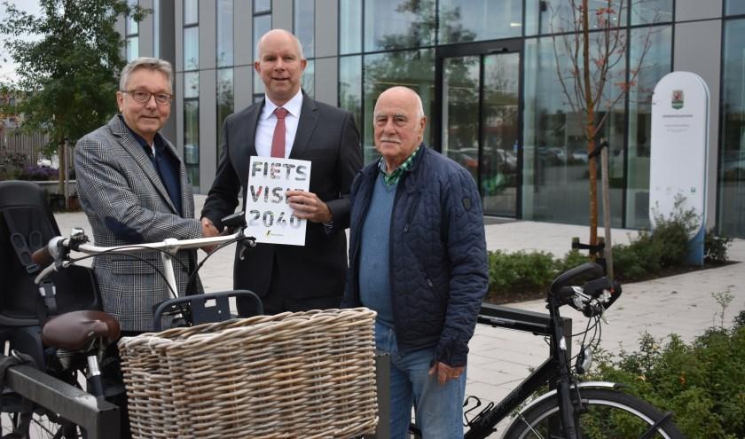 Frans Visee en Gerrit de Bruijn overhandigen namens de Fietsersbond de Fietsvisie 2040 aan wethouder Pieter Varekamp.