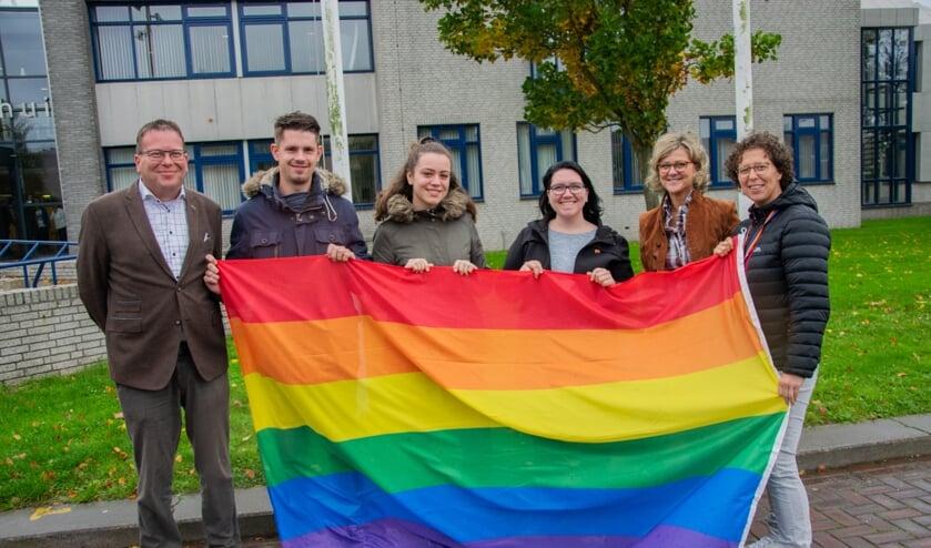 Stichting Gay op Flakkee hijst bij het gemeentehuis de vlag met burgemeester Grootenboer en wethouder Bruggeman.  Foto: Sam Fish