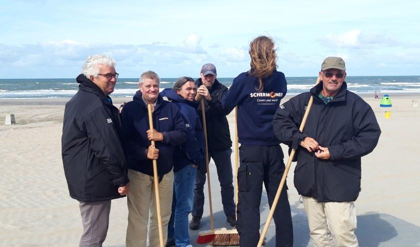 De strandvegers van Ter Heijde zijn voorzien van warme kleding.