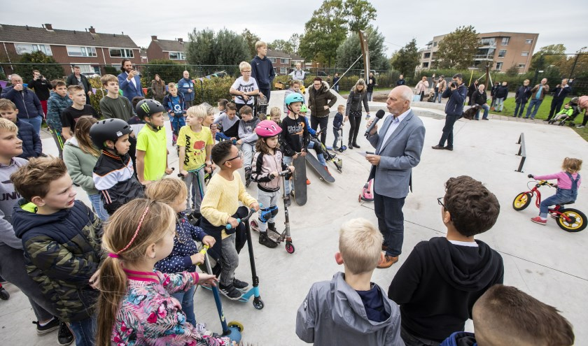 Wethouder Leen Snijders verrichtte de officiële opening van de nieuwe skatebaan.
