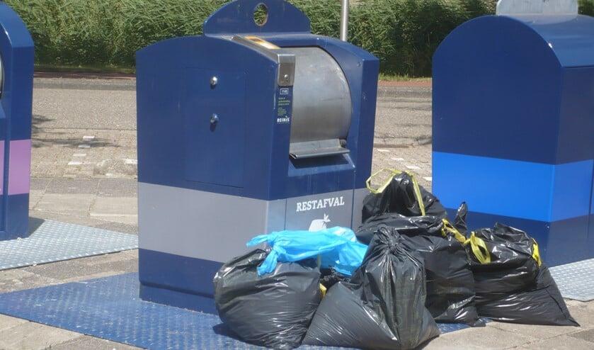 Containers worden ook op zondag geleegd, om dit soort bijplaatsingen te voorkomen.