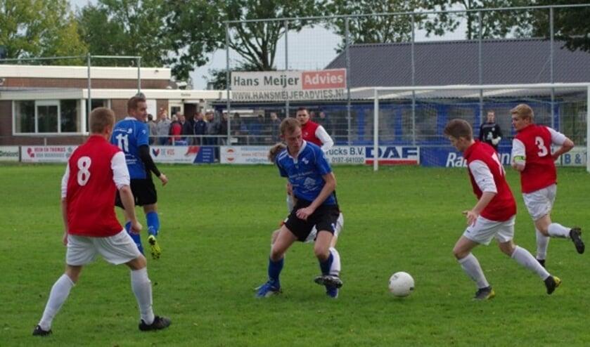 Thomas Engels (m) tussen drie verdedigers.