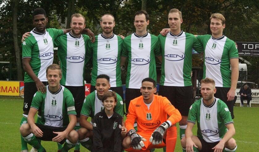 Het elftal van OVV ging graag op de foto met de pupil van de week. (Foto: Wil van Balen).