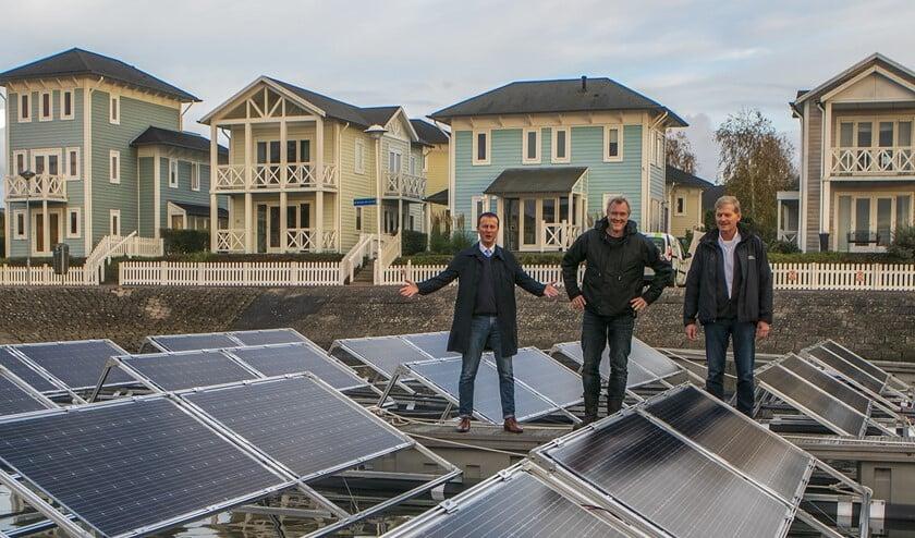 Het verduurzamen van de jachthaven Marina Cape Helius is weer een stap verder met deze drijvende zonnepanelen. Vlnr: Wethouder Schop, Tjeerd Jongsma en Kees Broere.