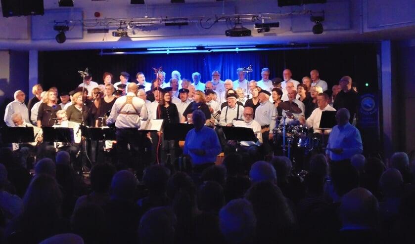 Op Volle Kracht en The Blue Stocking Singers zingen samen een medley. (Foto: Cora de Boed)