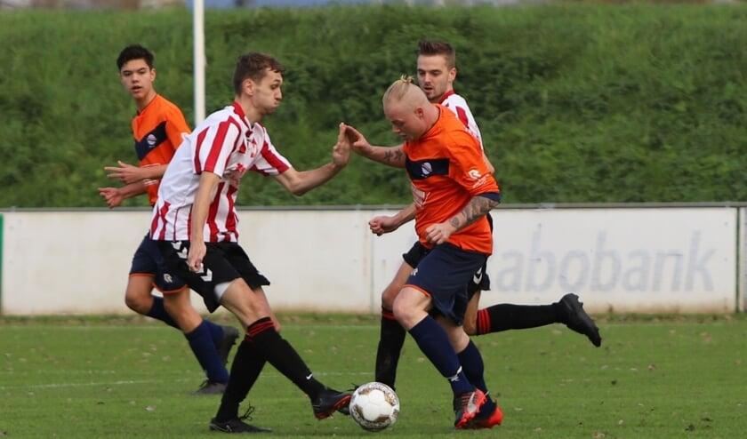 Hekelingen kwam zaterdag pas in de slotfase langs buurman Simonshaven en won met 2-1.