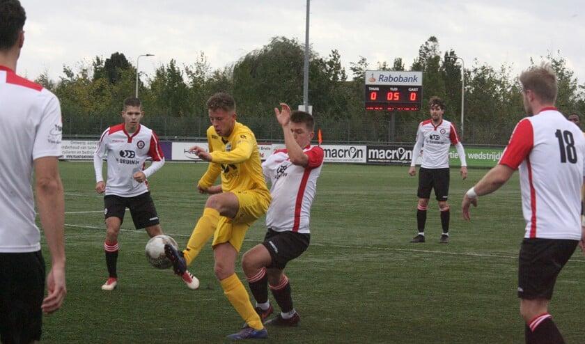 Victor de Blok in duel met zijn directe tegenstander; Zepp Jacobs en Marcel van den Berg kijken toe. (Foto: Wil van Balen)