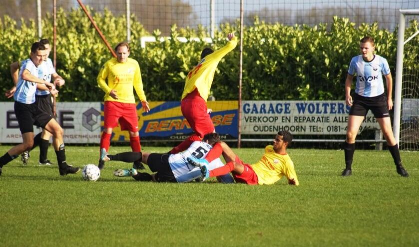 Het ging er soms pittig aan toe tijdens het duel tussen DVV '09 en OHVV. DVV'09 was echter de bovenliggende partij (Foto: Marjo Smit).