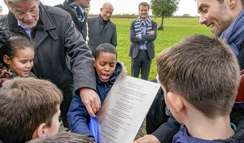 Dijkgraaf Doornbos (l) en stadsdichter Mack (r) onthulden de gedenkplaat bij de Van Oldebarneveltboom.