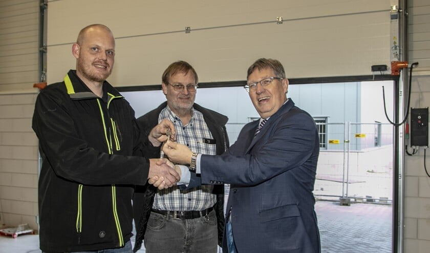 Burgemeester Gregor Rensen overhandigde formeel de sleutel aan Tim van den Bulk van HB Technologie (Foto: Wil van Balen)