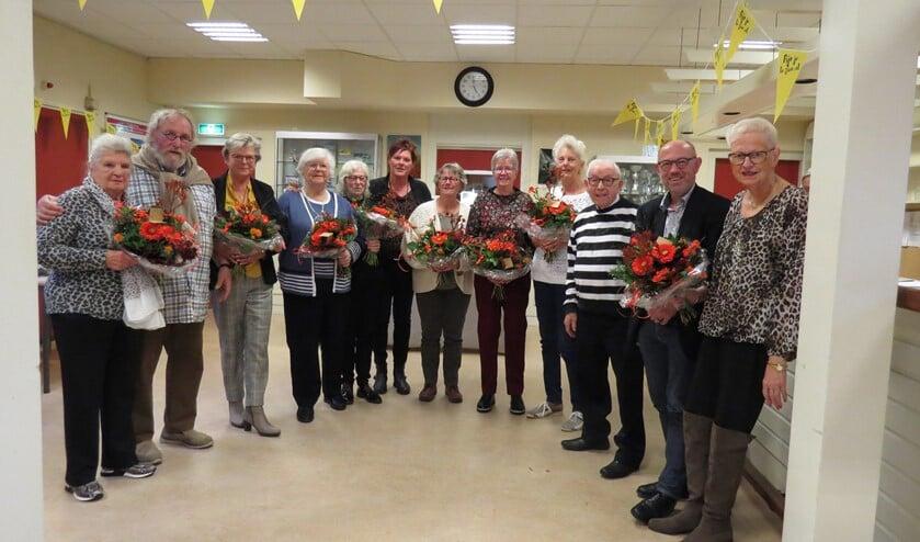 De vrijwilligers werden in de bloemen gezet door wethouder Bert van Ravenhorst (Foto: MdN)