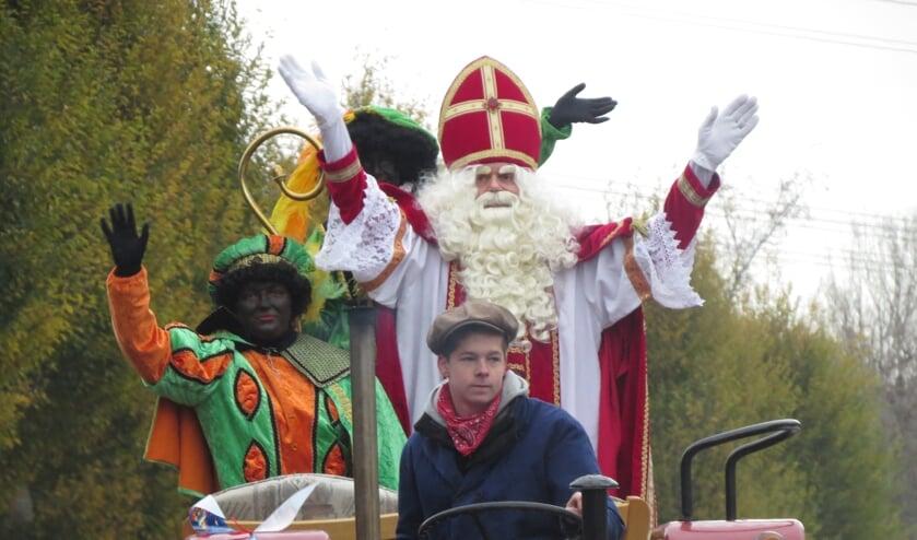 In Oostvoorne werd Sint Nicolaas binnengehaald met wagen en trekker. (Foto: MMV)