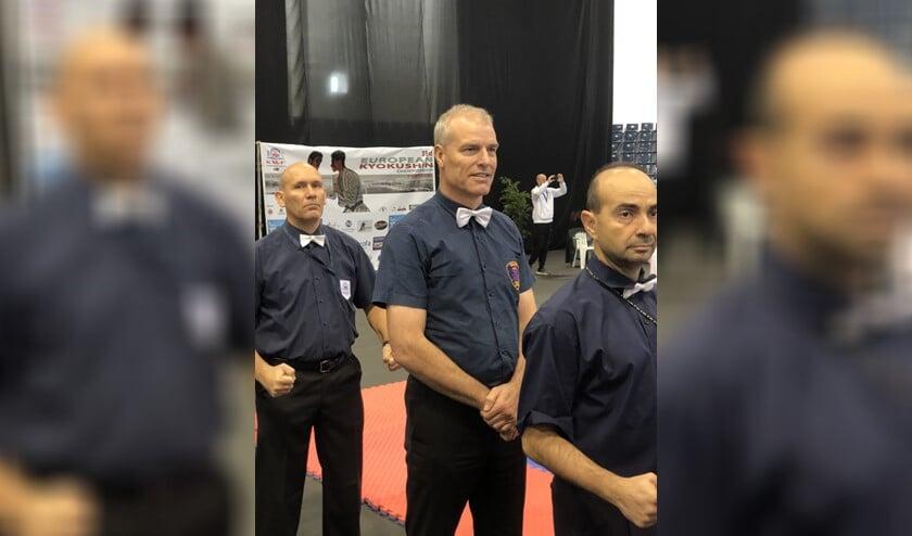 Hans Smit (midden) was hoofdscheidsrechter bij het Europees Kampioenschap Kyokushin karate van de Kyokushin World Federation.