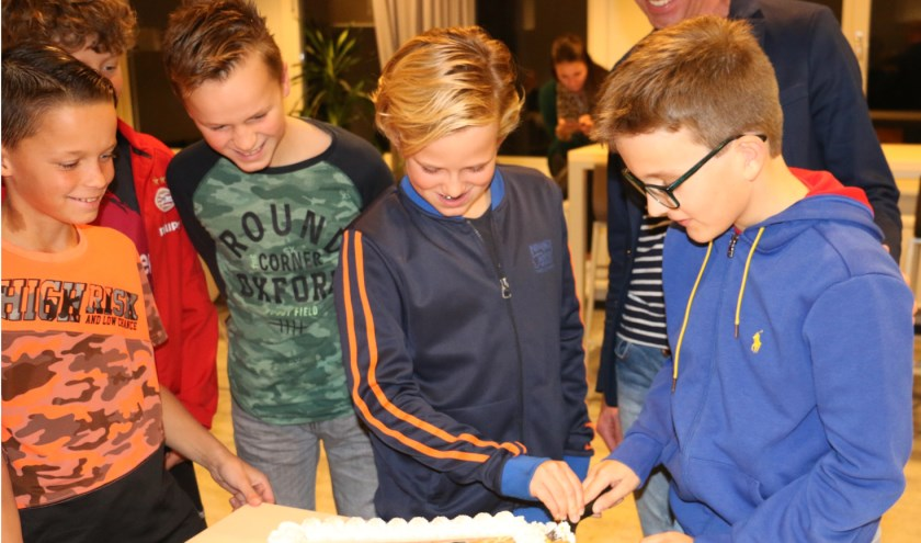 Leerlingen uit de initiatiefgroep vernieuwend VO Westland snijden de taart aan.